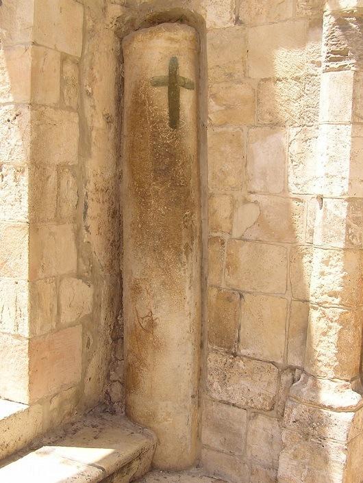 О третьем падении Иисуса напоминает колонна, встроенная в стену у ворот монастыря