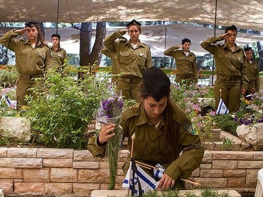 На военных кладбищах в этот день организуются поминальные церемонии