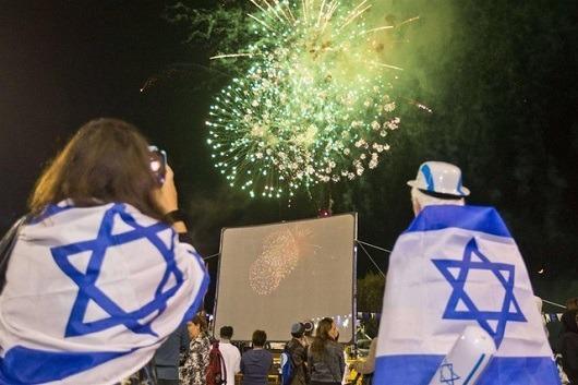 Праздничные фейерверки в честь Дня независимости Израиля