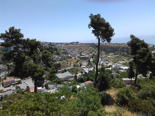 С вершины холма открывается потрясающий вид на город