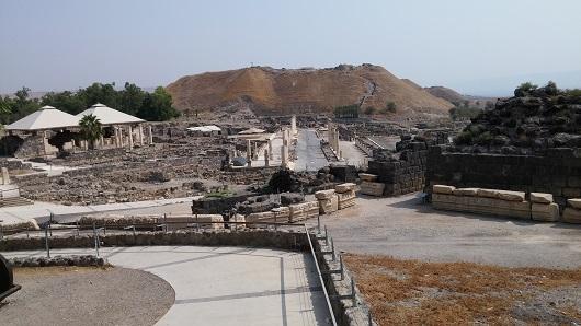 Бет-Шеан (Скифополис). В центре - улица Палладиус,  на заднем плане - Тель (Курган), слева - западная баня, справа - верхняя часть театра.