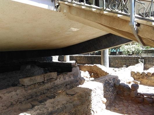 Над руинами византийской восьмиугольной церкви, построенной на том самом месте где располагался дом апостола Петра, на столбах высится современный католический храм