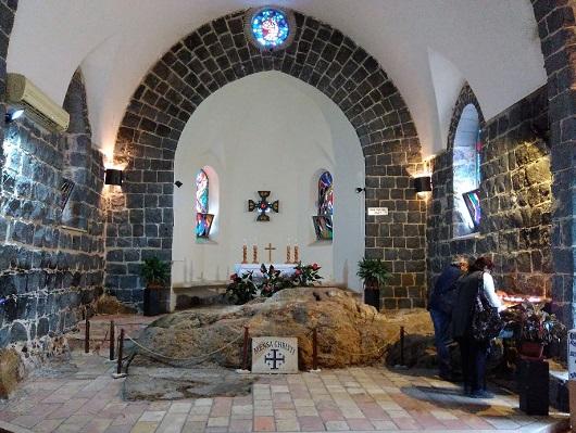 Главной достопримечательностью францисканской Церкви первенства Святого Петра  в Табхе является Стол христов в алтарной части