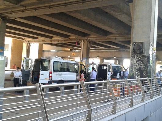 Стоянка маршрутного такси Нешер в терминале № 3 аэропорта им.Бен-Гуриона