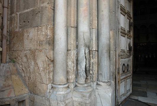 Расколотая мраморная колонна у входа в храм Гроба Господня