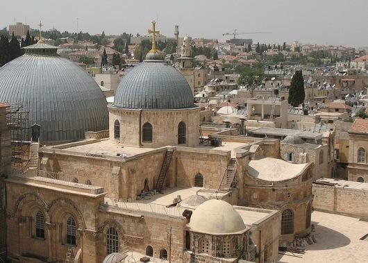 Сверху храм Гроба Господня покрывают два купола