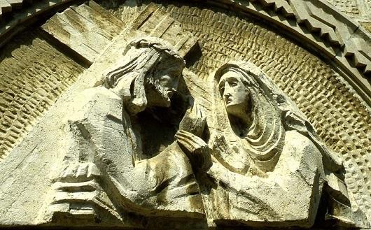 Барельеф над дверью часовни изображает встречу Иисуса с Богородией