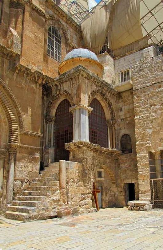 В римской капелле расположены Десятая и Одиннадцатая остановки на Виа Долороза