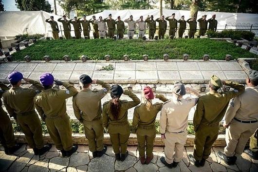 на военных кладбищах организуются поминальные церемонии