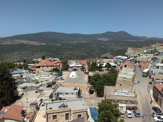 Старый город в Цфате, на заднем плане гора Мерон