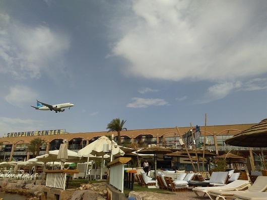 Пляж Папайя Бич рядом с торговым комплексом Моль-а-Ям