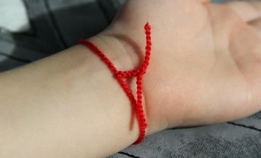 Так выглядит правильно завязанная красная нить